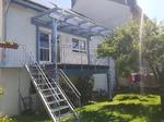 Balkonüberdachung blau gestrichen