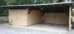 Holzverkleidung einer Garage mit Tor